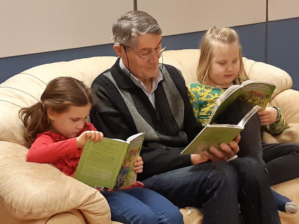Skolfarfar Anders lyssnar på läseläxor.