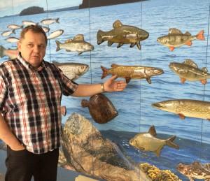 Bob Talling förevisar gipsfiskar gjorda på sitt företag