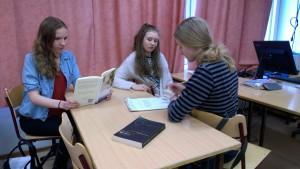Eleverna som läst och intervjuat Ulla-Lena Lundberg (fr.v. Evenliina Paimala, Sofie Berg, Sofia Greggas)