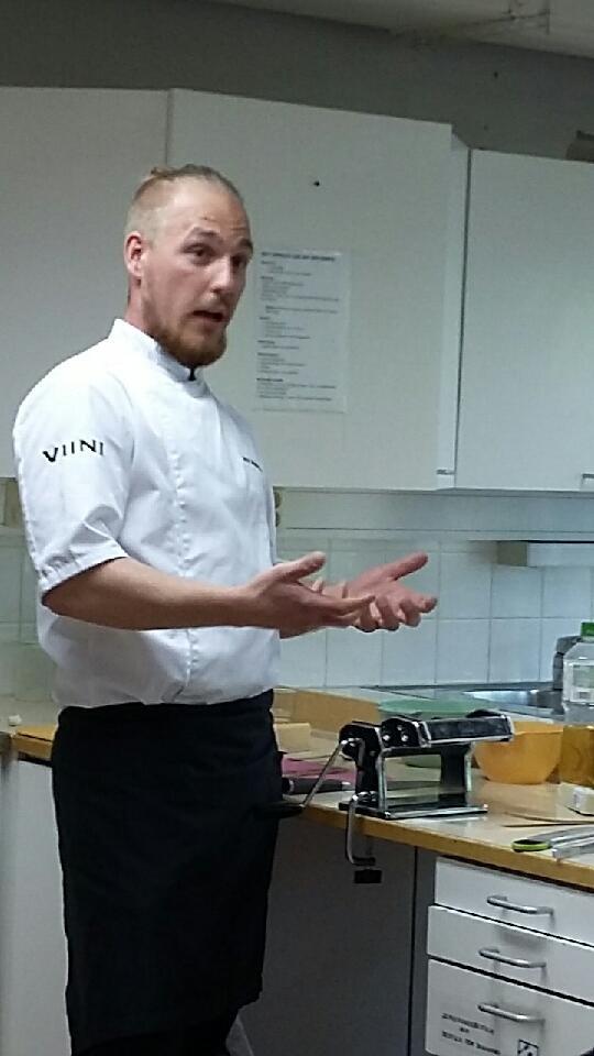 Nick Wennström in action i huslig ekonomiköket.