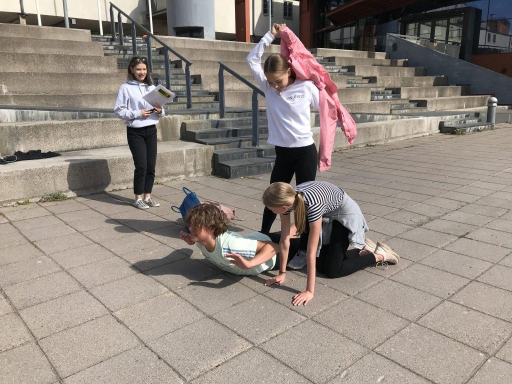 Flickorna demonstrerar en övning som hör till uppgiften.