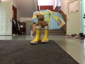 6A:n maskottinalle on varustautunut kumisaappailla ja sateenvarjolla.