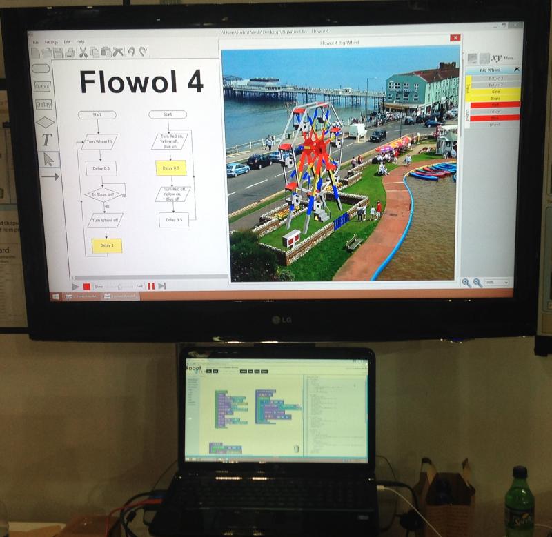 Flowol 4 ylemmässä ruudussa ja Blockly/Python läppärissä.