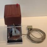 """Ensimmäinen hiiri (replika). Douglas Engelbart esitteli hiiren """"kaikkien aikojen demossaan"""" 1968."""