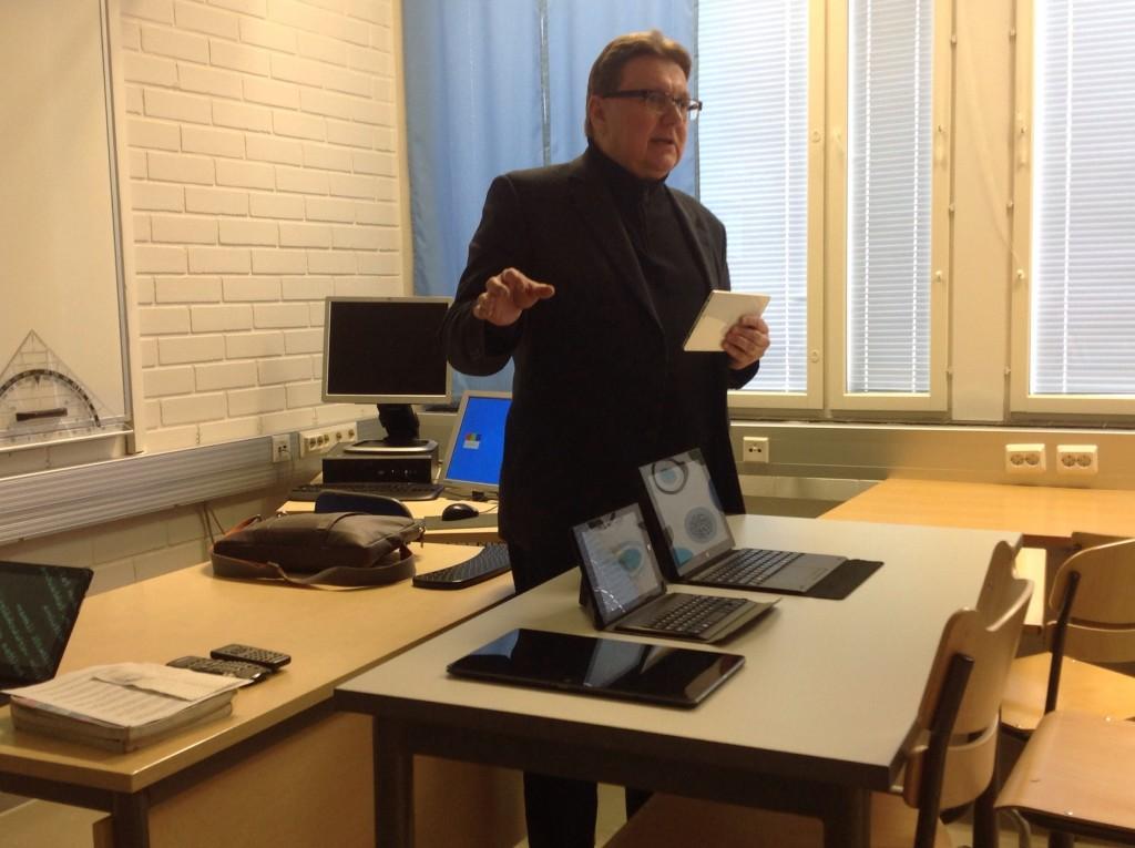 Kari Vatanen sekä Mobie Touch -laitteiden prototyyppejä. Tuotantomallit omalla ulkoisella ilmeellä saadaan hyppysiin myöhemmin keväällä.