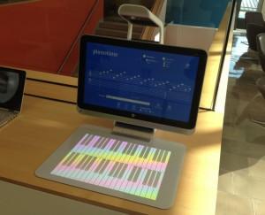 Omien tuotteiden lisäksi esillä oli kumppaneiden laitteita. Kuvassa HP Sprout, joka pystyy paitsi heijastamaan kosketuspinnan pöytään, myös skannaamaan esineen kolmiulotteisesti.