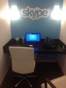 Puhelinkoppien sijaan käytäviltä löytyi Skype-koppeja.