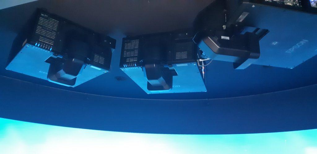 3 projektoria