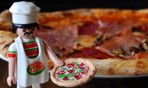 playmobile-ukko pizzan vieressä.
