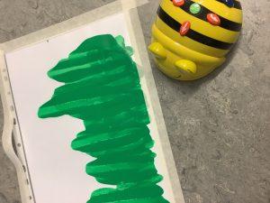 Beebot ampiaisrobotti maalaa vihreää väriä paperille.
