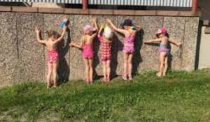 Lapset nojaavat seinään.